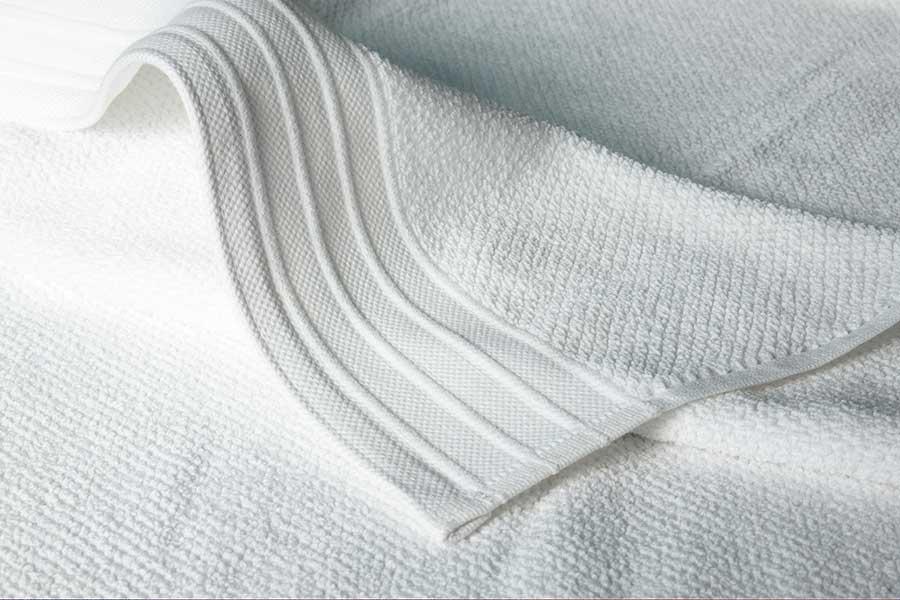 jacquard bath towel in white