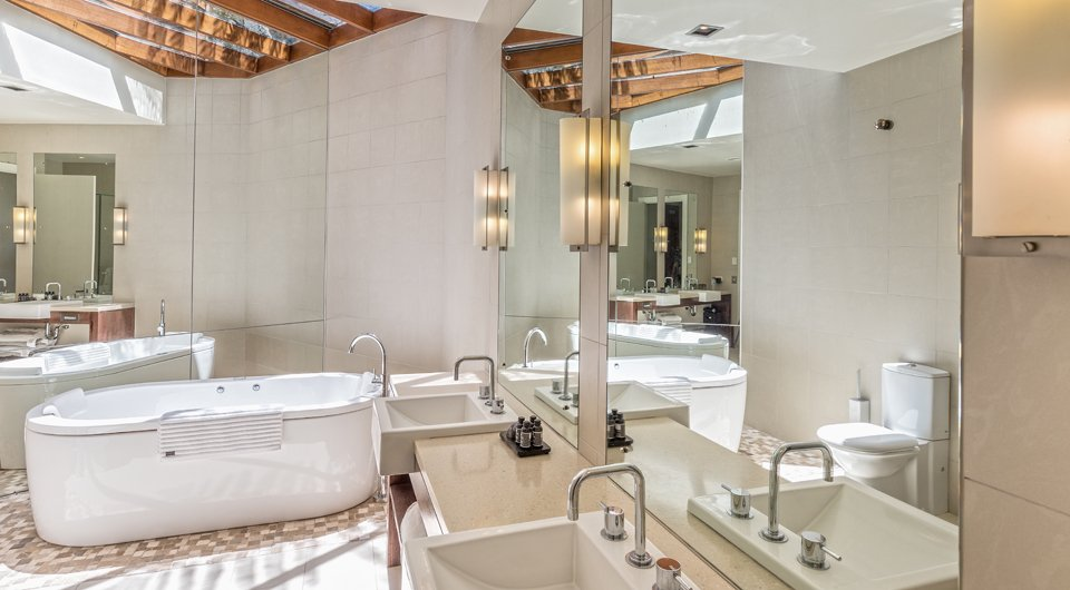 Bathroom with white tub in Spicers Peak Lodge