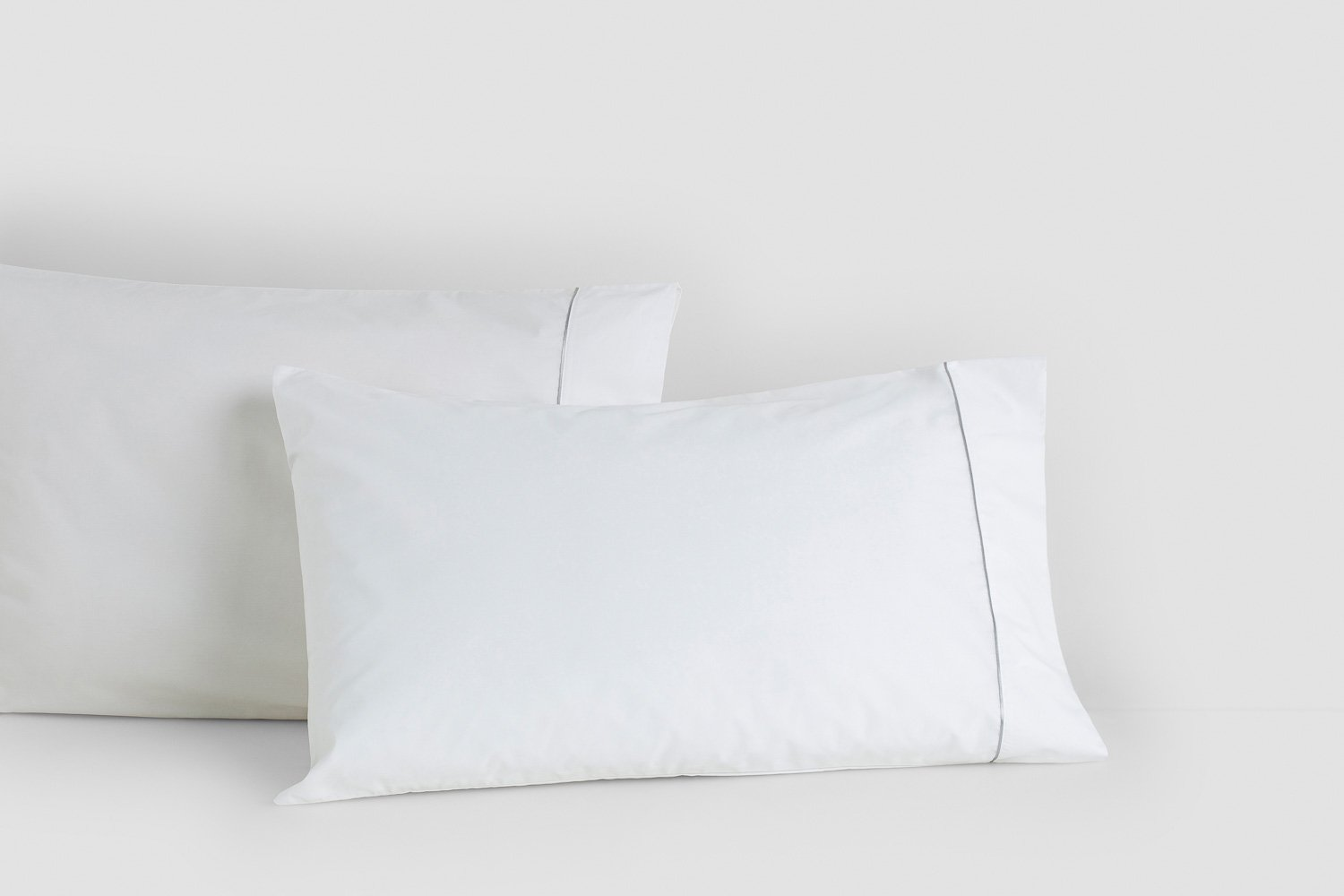 percale standard pillow cases in white with silver piping